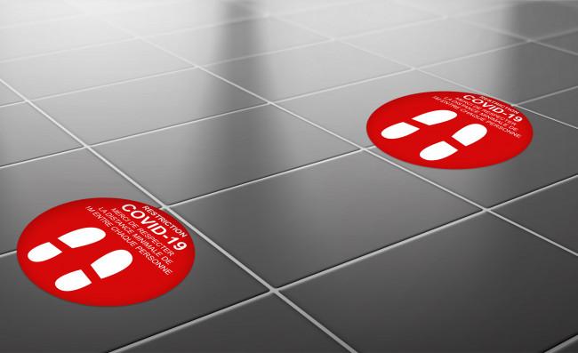 Autocollant de distance COVID-19 rouge pour sol en situation dans hall d'accueil en vente chez Promociel
