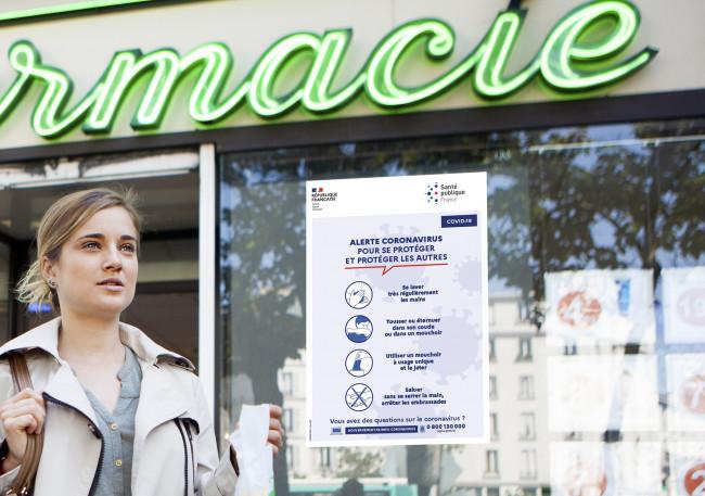 Affiche des gestes barrières affichée sur vitrine Pharmacie