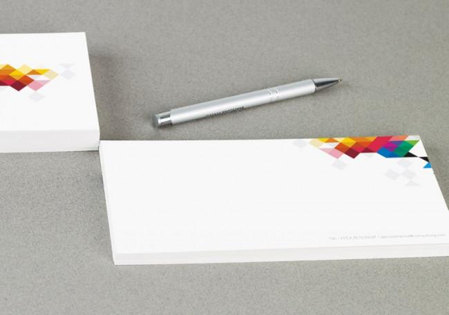 Cartes de correspondance en situation avec stylo