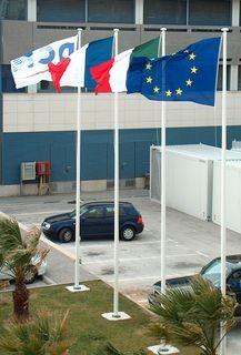 Mâts porte drapeaux avec pavillons de nations et drapeau personnalisé en vente chez Promociel